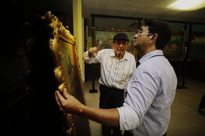 Rivasplata mostrando uma de suas obras para o Presidente da FEM Manoel Pedro Foto: (Edson Bruno)